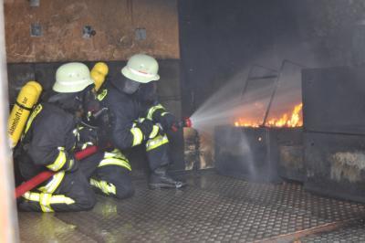 Vorschaubild zur Meldung: Feuerwehren üben in der Brandsimulationsanlage