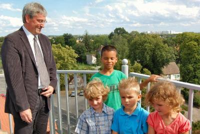 Foto zu Meldung: Dem Rathaus vom Dach geschaut - Gewinnerkinder der Luftballonaktion am Familientag stiegen mit Bürgermeister Heiko Müller auf den Rathausturm