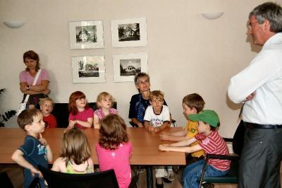 Foto zu Meldung: Am Beratungstisch des Bürgermeisters - Vorschulkinder fragen Bürgermeister Heiko Müller aus