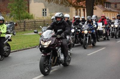 Foto zur Meldung: Schlechtes Wetter sorgte nicht für trübe Stimmung - Teilnehmer der Motorradtour  und Bürgermeister waren sich einig: Im nächsten Jahr wieder