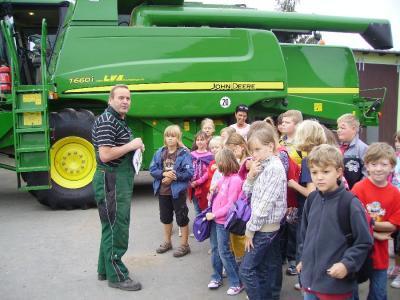 Foto zur Meldung: Besuch beim Landwirt  H.-J.  Klietz und Sohn