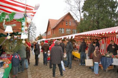 Foto zur Meldung: 11. Angerweihnacht - Falkenseer Weihnachtsmarkt von Kindern für Kinder und Familien rund um den Falkenhagener Anger mit vielen Ständen und buntem Programm