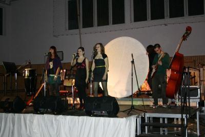 Foto zur Meldung: Schülerinnen und Schüler der Kantschule singen erstmalig auf der neuen Bühne