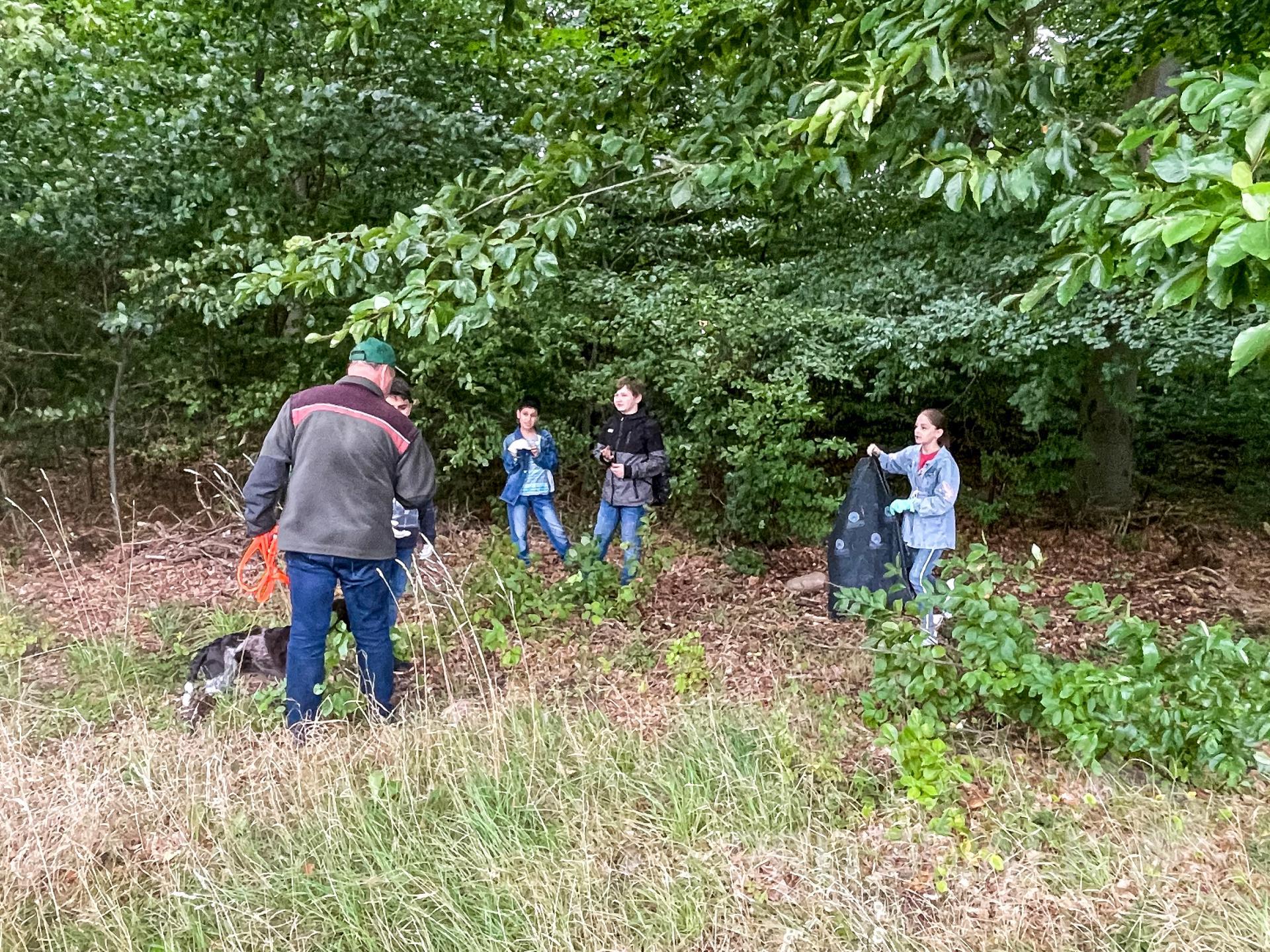 In Gruppen liefen die Kinder durch den Wald. Foto: Jenny Miersch