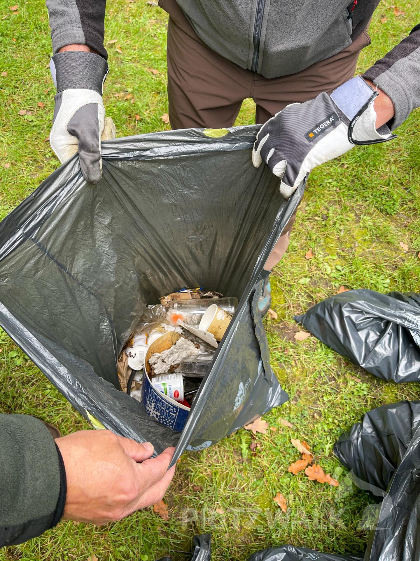 Etwa ein Kubikmeter Müll kam bei der Aktion im Wald zusammen. Foto: Jenny Miersch