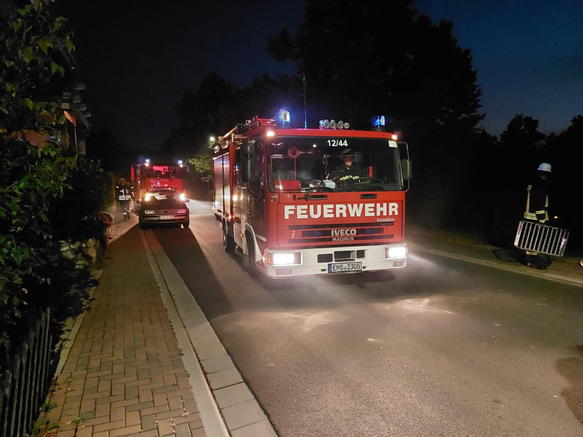 Feuerwehrfahrzeuge treffen ein