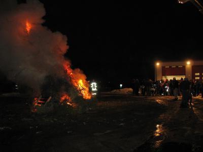 Bild der Meldung: Weihnachtsbaumverbrennen an Feuerwehr