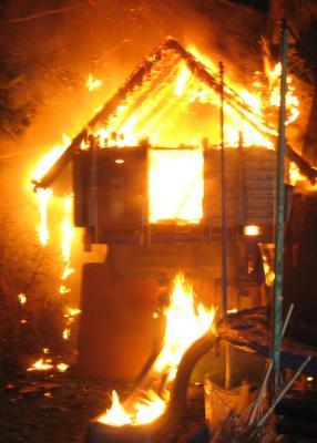 Foto zur Meldung: Baumhaus brannte lichterloh - Falkenseer Feuerwehr löschte den Brand schnell und sicher