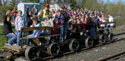 Foto zur Meldung: Grundschüler läuten Draisinen-Saison ein