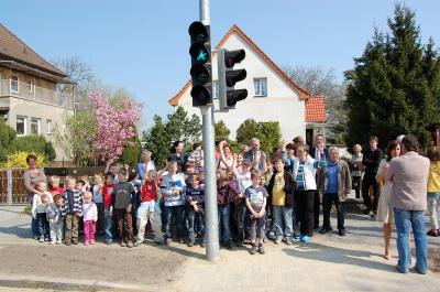 Foto zu Meldung: Endlich eine Ampel - Große Freude bei Kindern und Erzieherinnen
