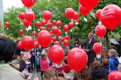 Foto zu Meldung: Luftballonaktion 2011: 1513 Luftballons gehen heute auf große Reise