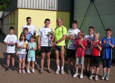 Foto zur Meldung: Bergring-Pokal ist in Laage angekommen