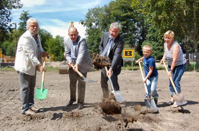 Foto zu Meldung: Eins, zwei, drei und los geht's – Baubeginn für das neue Hortgebäude und den Erweiterungsbau für die Europaschule mit symbolischem Spatenstich gefeiert