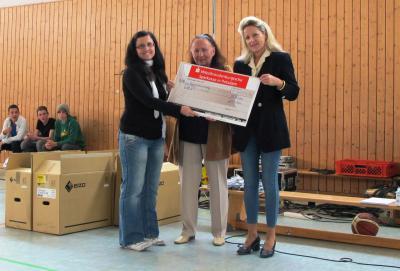Foto zur Meldung: Über 4000 Euro für UNICEF und eine neue Cafeteria  Sponsorenlauf auf dem nagelneuen Sportplatz der Kantschule in Falkensee brachte viel Geld ein