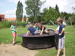 Foto zur Meldung: Das hässliche Entlein /Auflage 2011: Ein altes DDR-Kinderkarussell überlebte die Wende und mauserte sich zur Drehscheibe!