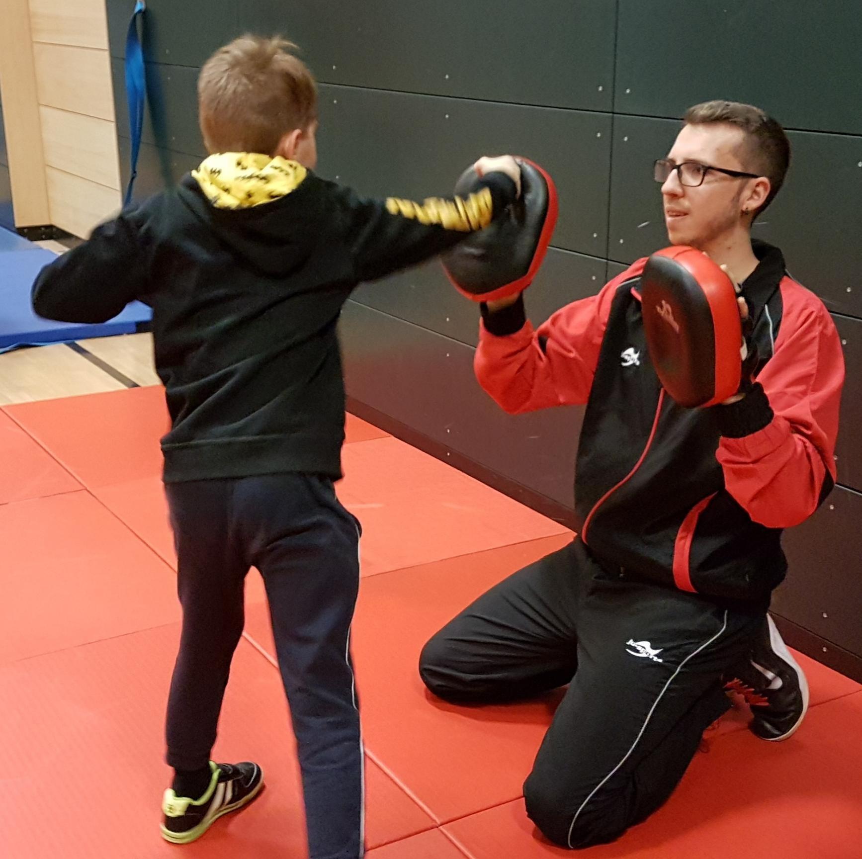 Die Kampfsportler von morgen konnten schon mal ihre Muskeln spielen lassen und kräftig zuschlagen.