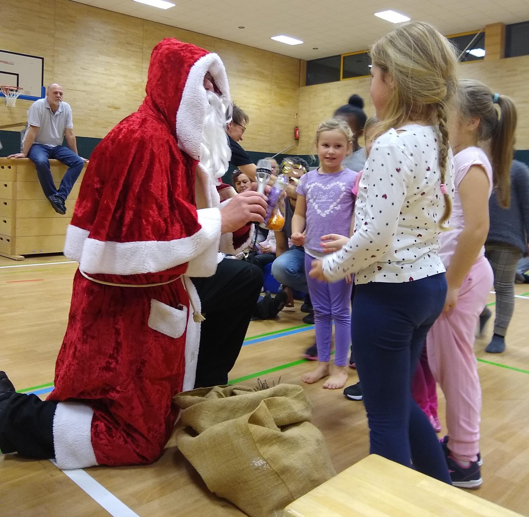 Das Beste zum Schluss: der Nikolaus verteilt seine Päckchen.