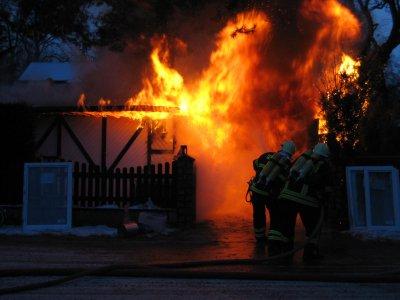 Foto zur Meldung: Falkenseer Feuerwehr löscht brennendes Ferienhaus in der Brandenburgstraße