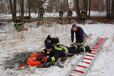 Foto zur Meldung: Rettung aus dem Eisdreieck: Falkenseer Feuerwehr übte den Notfall auf dem Falkenhagener See