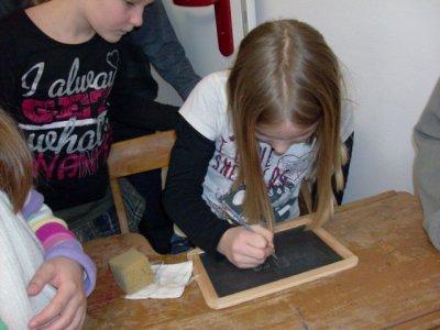 Foto zu Meldung: Unterrichtsstunde in der Rehfelder Heimatstube