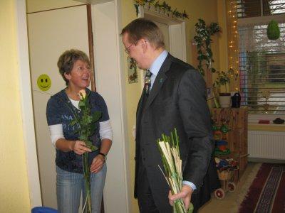 Bild der Meldung: 08. März 2012 - Rosen für die Mitarbeiterinnen der Gemeinde Hoppegarten