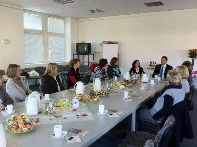 Foto zur Meldung: Frühstück nachträglich zum Frauentag: Kolleginnen der Stadtverwaltung trafen sich in fröhlicher Runde