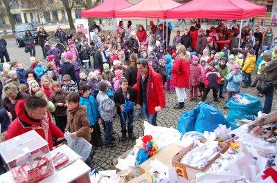 Foto zur Meldung: Super! Falkensee gewinnt mit 10.430 Papierfliegern überragend die Stadtwette von BB Radio - Jugendfeuerwehr freut sich über 500 Euro Finanzspritze