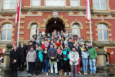 Foto zur Meldung: Chilenen singen auf Calauer Rathaustreppe