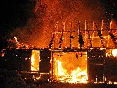 Foto zur Meldung: Zwei Brände in der Bahnhofstraße hielten Falkenseer Feuerwehr in Atem