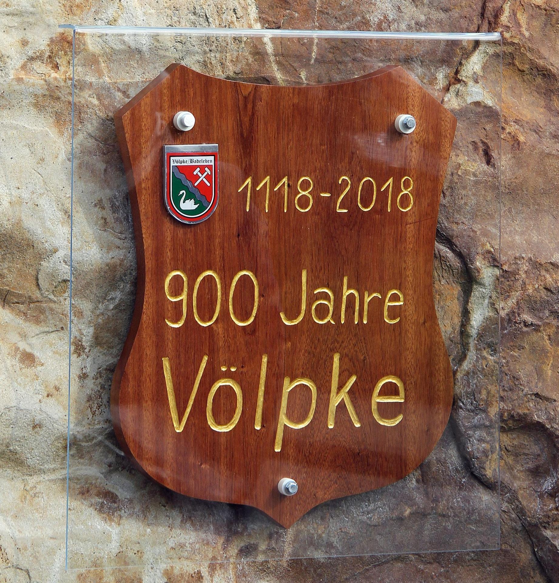 Die neue Gedenktafel besteht aus Mahagoniholz; sie wurde von Hobbykünstler Bernhard Orzel aus Sommerschenburg gefertigt.