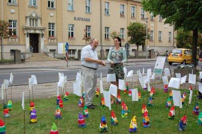 """Foto zu Meldung: Die Zwerge sind los: Demonstration für mehr """"Zeit für Familie"""" vor dem Rathaus"""