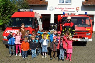 Foto zur Meldung: Kita Ameisenhügel besucht Feuerwehr Wenings