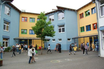 Foto zur Meldung: Leserbrief: Volles Programm in der Erich-Kästner-Grundschule - Zum Sommerfest werden Fanny Fischer und Ronald Rauhe erwartet