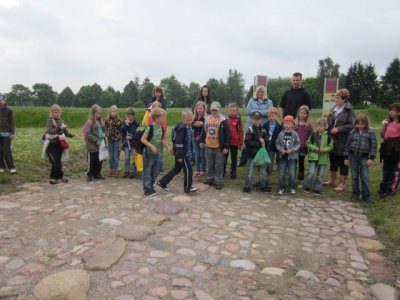 Foto zur Meldung: Meyenburger Schüler im Archäologischen Park Freyenstein