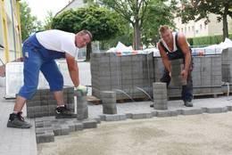 Foto zu Meldung: Hof der Grundschule wird gepflastert