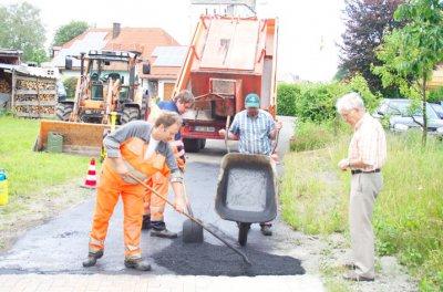 Foto zur Meldung: Bauhof bessert Gemeindestraßen aus
