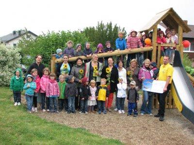 Foto zur Meldung:  Rutschturmübergabe beim Spielplatzfest