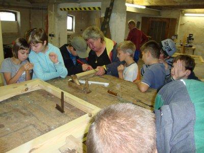 Foto zur Meldung: Golzower Grundschüler bei Holzarbeiten