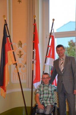 Interessierter junger Mann mit Handicap blickt hinter die Kulissen im Landratsamt
