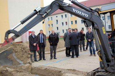 Foto zu Meldung: Der Bagger machte es nun offiziell: Bau des Familiencafés hat begonnen