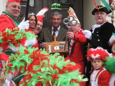 Foto zu Meldung: Auf in die fünfte Jahreszeit! Falkenseer Narren stürmen am Sonntag das Rathaus