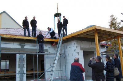 """Foto zu Meldung: Bau in Rekordzeit - Familiencafé im Falkenhorst feierte schon ein """"kleines Richtfest"""""""