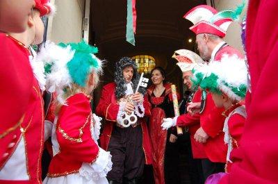 Foto zu Meldung: Münzenregen und Kussreigen - Falkenseer feierten Karnevalsauftakt mit traditionellem Rathaussturm
