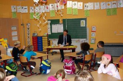 Foto zu Meldung: Die Olchis im Klassenzimmer - Thomas Zylla liest beim Vorlesetag aus bekanntem Kinderbuch