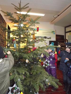 Foto zur Meldung: Kinder schmücken Weihnachtsbaum im Rathaus