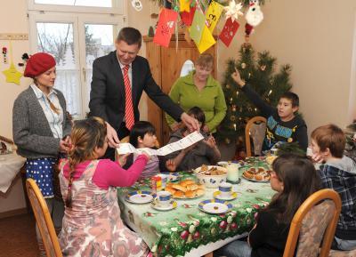 Weihnachtsüberraschung beim Kinderschutzbund - Theaterkarten statt Weihnachtskarten