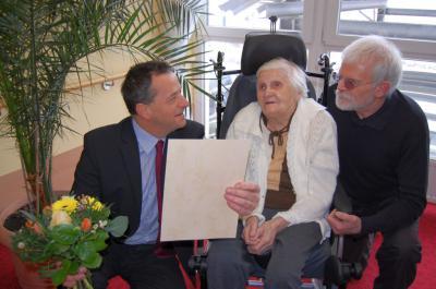 Foto zur Meldung: Strahlen beim Glückwunsch - Hedwig Braun feierte 90. Geburtstag