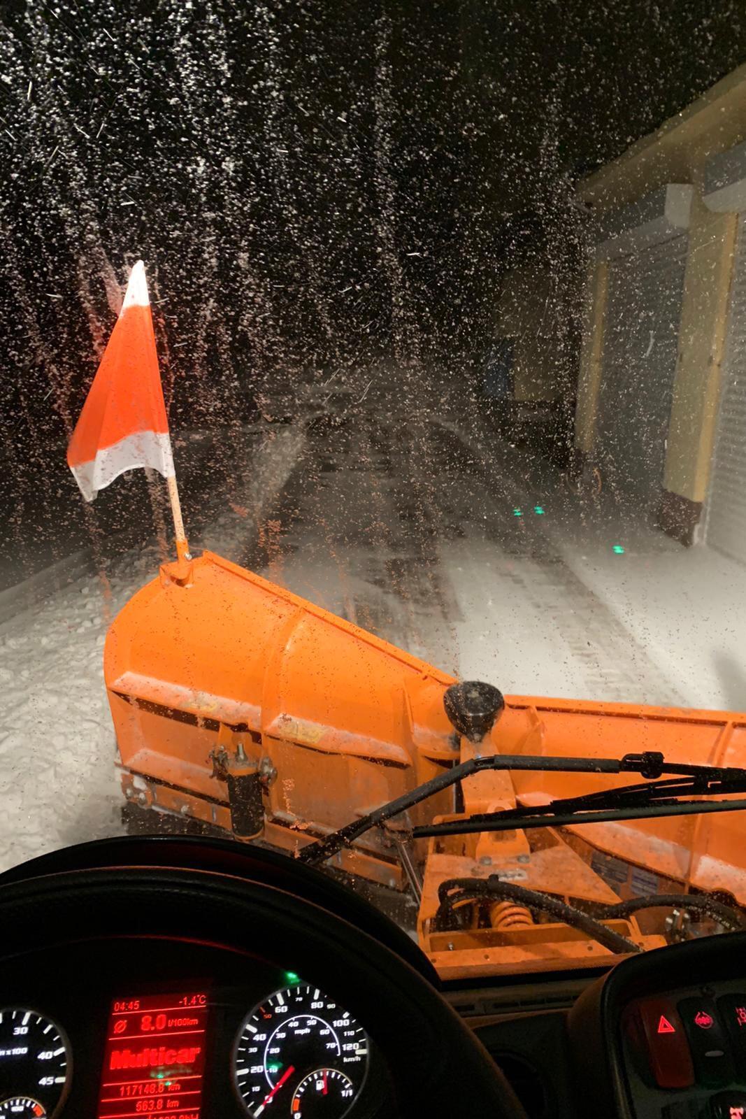 Räumung der einer Straße während des Schneefalls um 4:45 Uhr
