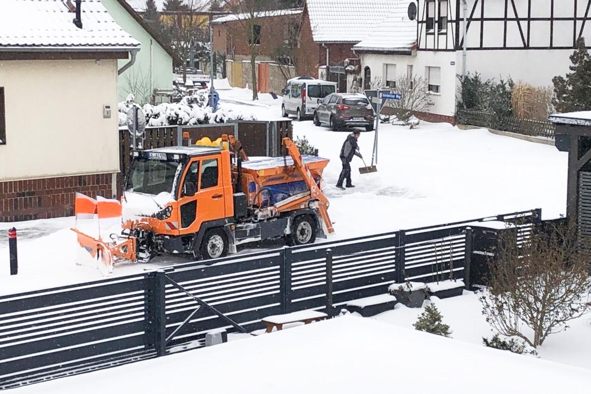 Gemeindearbeiter räumen die Kreuzung im Bereich des Körbelitzer Weges in Gerwisch vom Schnee frei