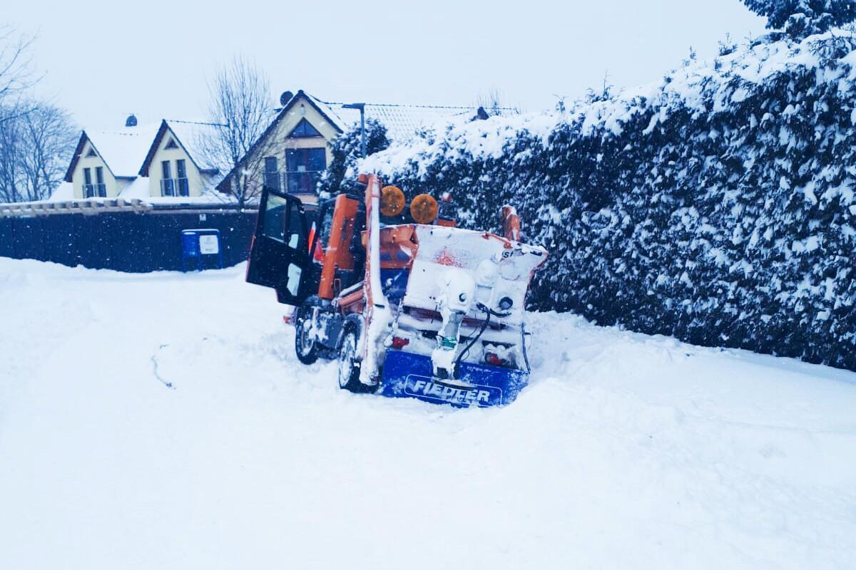 festgefahrener Multicar aufgrund von Unmengen an Schnee im Neuen Weg in Klein Gübs